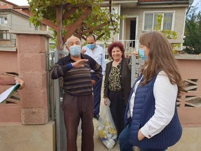 Министър Сачева участва в Добрич в раздаването на хранителни продукти в пункта на Българския червен кръст