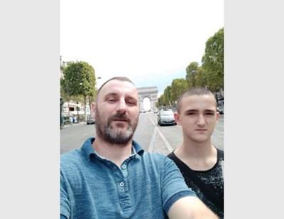 Тодор Бараков със загиналия си 16-годишен син.