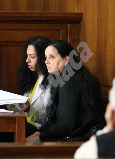 Акушерката Емилия Ковачева (вдясно) с адвокатката си Жанет Желязкова