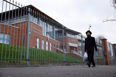 Едно от най-фрапиращите нарушения в Англия бе сватба с 400 гости в еврейско училище (на снимката), чиито директор умира от К-19 преди 10 месеца. СНИМКА: РОЙТЕРС