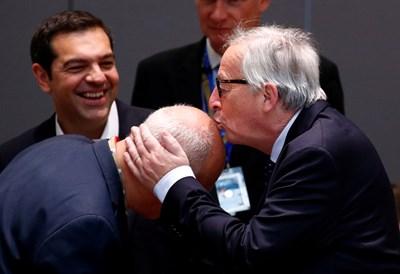 Шефът на ЕК за пореден път целува по главата официални лица на събитие. СНИМКА: РОЙТЕРС