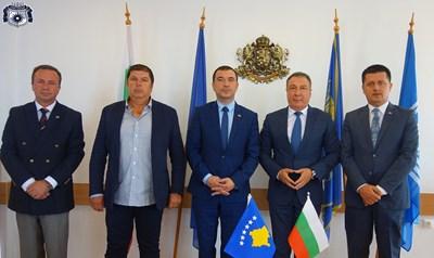 Посланик Плана - вляво, и кметът на Несебър Николай Димитров си направиха обща снимка за спомен в сградата на старото кметство.