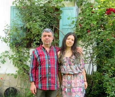 Станислав Станчев с дъщеря си Татяна, с която работят заедно. СНИМКА: Валентин Хаджиев