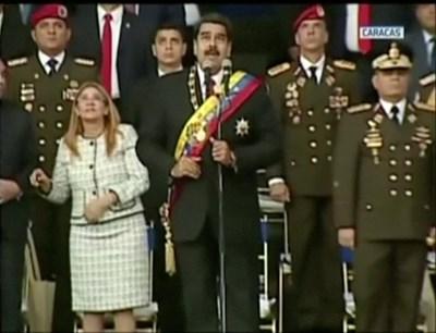Николас Мадуро на трибуната, където произнасяше реч по време на военен парад по повод 81-ата годишнина от създаването на гвардията Снимки: Ройтерс