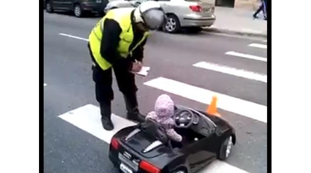 Полицай спира за проверка дете зад волана