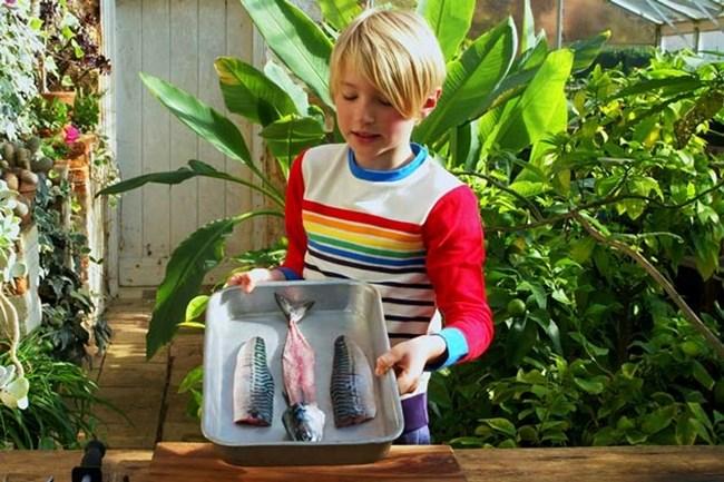 9-годишното момче филира риба за минути.