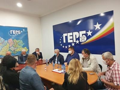 Административният секретар на ГЕРБ Цветомир Паунов и зам.-шефът на парламентарната група и член на Изпълнителната комисия Красимир Велчев стегнаха редиците в Кюстендилско на среща с общинските координатори на партията.  СНИМКА: ГЕРБ