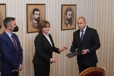 Румен Радев връчи третия мандат за правителство на Корнелия Нинова и тя веднага му го върна.  СНИМКА: ПЛАМЕН КОДРОВ