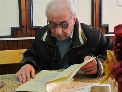 Тодор Георгиев смята да даде списъка с имената на загиналите от земетресението в Свищов на музея в Търново.  СНИМКИ: АВТОРЪТ И АРХИВ