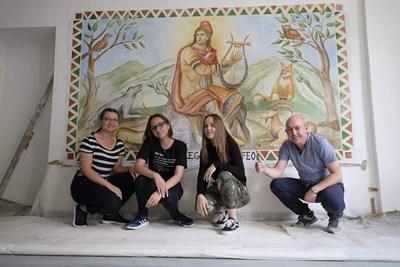 Трите ученички със своя учител Атанас Кемешев