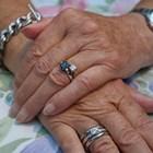 Лекарка отряза пръста на труп заради диамантен пръстен