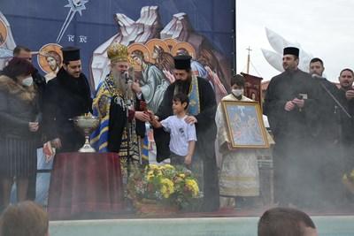 7-годишният Преслав беше късметлията, който хвана богоявленския кръст в басейна. Снимки Авторът