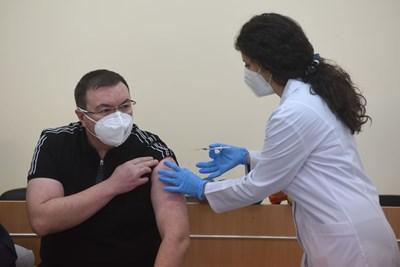 Проф. Костадин Ангелов се реимунизира срещу COVID-19 СНИМКА: Велислав Николов