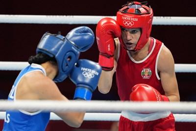 Станимира Петрова в червено по време на битката си срещу Йени Марсела Ариас от Колумбия в 1/8-финалите на боксовия турнир в Токио. СНИМКА: ЛЮБОМИР АСЕНОВ, LAP.BG