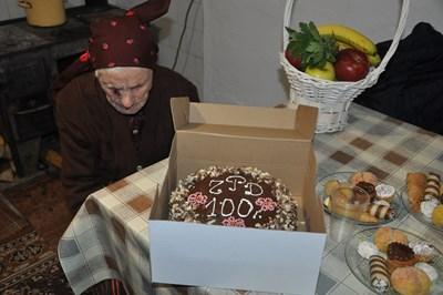 Баба Надежда отпразнува вековен юбилей.