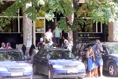 """Опашки има и пред паспортната служба на бул. """"Мария Луиза"""" в София. СНИМКА: ВЕЛИСЛАВ НИКОЛОВ"""