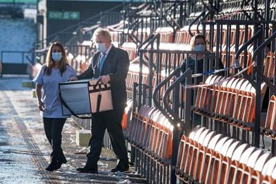 """Британският премиер Борис Джонсън лично товари ваксини на Оксфорд/""""АстраЗенека"""".   СНИМКА: РОЙТЕРС"""