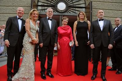 Двамата президенти бяха придружени от съпругите си Десислава Радева и Дорис Шмидбауер. Снимки и видео прессекретариат на държавния глава.