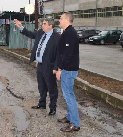 Кметът Добрев и Цветан Зеленков оглеждат местата, на които трябва да бъде монтирано LED осветление
