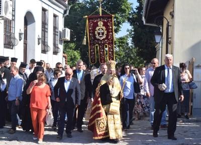 Литийното шествие бе водено от митрополит Николай, Здравко Димитров и Георги Гергов. Снимки: Авторът