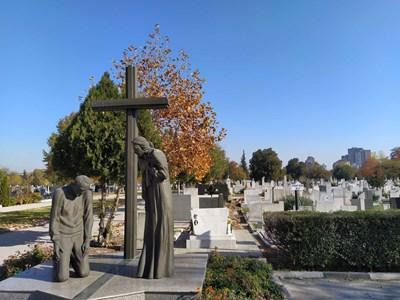 На централните гробища в Пловдив от години няма места.