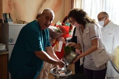 Акушерка изми ритуално ръцете на шефа на родилно - д-р Михаил Милатович