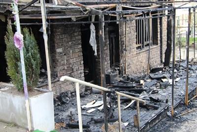 Пожарникарите смятат, че огънят е тръгнал от кафенето, разположено в сутеренния етаж на кооперацията.   СНИМКА: Ваньо Стоилов