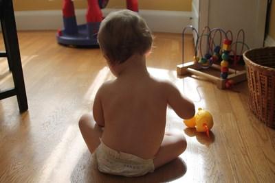 Любопитното дете трябва да играе в безопасна среда, в която рискът да се натъкне на нещо вредно за здравето му е сведен до минимум. СНИМКА: РОЙТЕРС