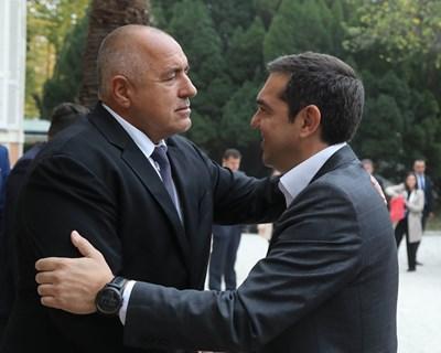 Борисов се поздравява сърдечно с Ципрас. Снимки правителствена пресслужба