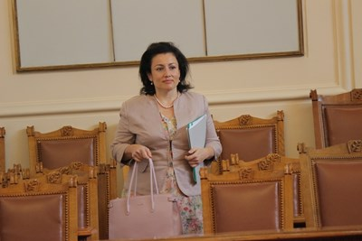 Министър Десислава Танева близо 2 часа обяснява в парламента какви мерки взема държавата срещу африканската чума по свинете.  СНИМКА: РУМЯНА ТОНЕВА