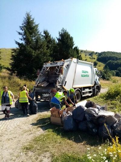 Служители по чистотата на община Казанлък събраха над 7 тона отпадъци на връх Бузлуджа след събора на БСП там в събота. За услугата от партията са платили 6300 лева. СНИМКА: Архив