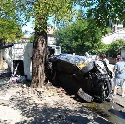 Една от пострадалите коли се е обърнала до дърво.
