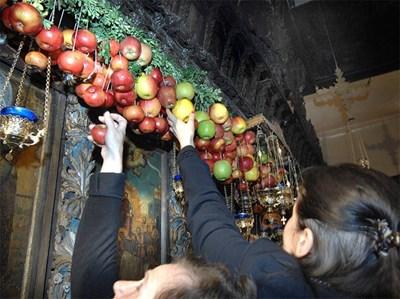 Жени вземат ябълки от иконата на Богородица - Златна ябълка. Снимки: 24 часа