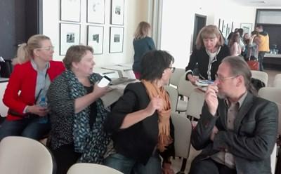 Координаторът на проекта за България Дарина Костова раздава материали на участниците в работната среща. Снимки:Елена Фотева