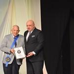 """Цено Ценов бе награден от министър Красен Кралев с най-високото държавно отличие в областта на спорта - """"Венец на победителя""""."""