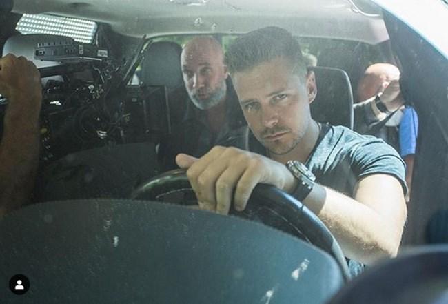 Звездата Милош Бикович показа как снима филма със Захари Бахаров с кадър в инстаграм.
