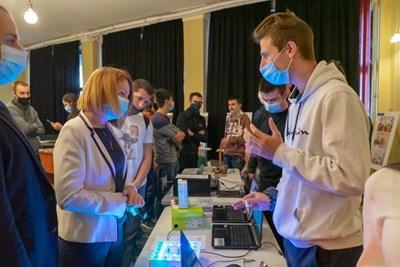 Ученици на ТУЕС представят проекти на Международния форум за компютърни изкуства Computer Space 2020 пред кмета на София Йорданка Фандъкова.
