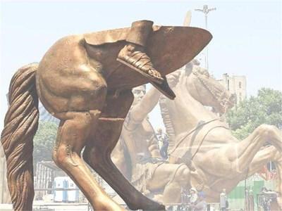 """Паметникът на Александър Велики в Скопие по време на монтажа. Официално фигурата се нарича """"Воин на кон"""". СНИМКА: РОЙТЕРС"""
