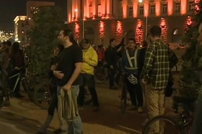 Велосипедистите, които се събраха пред сградата на Министерския съвет, се отправиха на шествие към МВР. Кадър БНТ