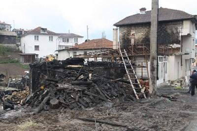 Сред изгорелите имоти в село Борино е и партийния офис на ДПС СНИМКА: Валентин Хаджиев