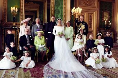 Официалната снимка на кралското семейство след сватбата на Хари и Меган, която бе направена в двореца.