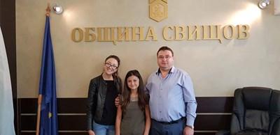 Кметът Генчо Генчев с двете победителки на фестивала