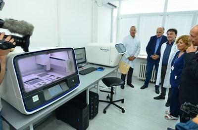 Шефът на болницата доц. Иван Костов, зам. здравният министър Бойко Пенков и проф. Алексей Савов (от ляво на дясно) представиха пред лекари и гости новата лаборатория. СНИМКА: Йордан Симeонов