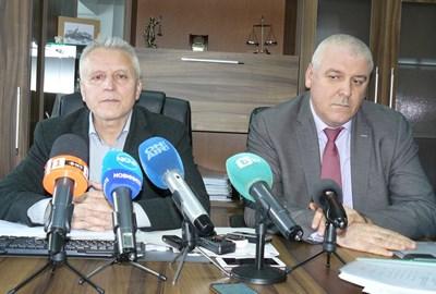 Окръжният прокурор Валентин Вълков (вляво) и Ивайло Спиридонов, шеф на ГДБОП, обявиха разкритите схеми и арестите.  СНИМКА: АВТОРЪТ