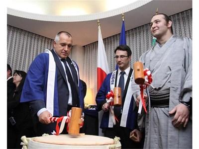 Премиерът Бойко Борисов разбива с чук буре със саке според древен обичай. До него са министър Трайчо Трайков и Котоошу. СНИМКА: МС