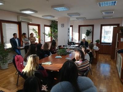 Районният прокурор на Бургас Иван Кирков посрещна учениците в кабинета си.