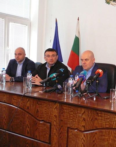 Главният секретар на МВР Ивайло Иванов, вътрешният министър Младен Маринов и главният прокурор Иван Гешев (от ляво на дясно) разказват за акцията в Галиче. СНИМКА: Валери Ведов