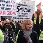 Мая Манолова стоя почти до самия край на протеста.