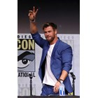 Актьорът Крис Хемсуърт, който изигра Тор, е сложил под сакото бяла тениска. СНИМКИ: РОЙТЕРС