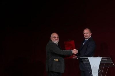 Президентът Румен Радев връчва наградата на писателя Владимир Зарев.